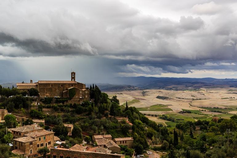 Montalcino – znane z wyrobu najlepszego Brunello di Montalcino, jednego z najdłużej leżakującego (minimum 4 lata) włoskiego czerwonego wina i Vin Santo – białego wina deserowego oraz vernaccia di San Gimigniano.
